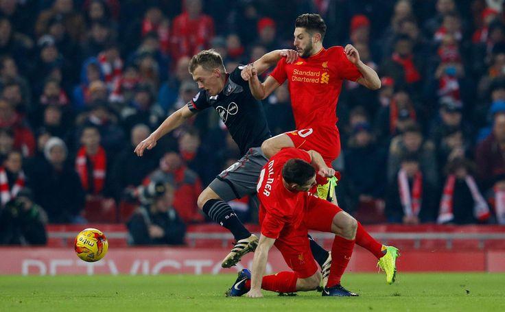 Southampton James Ward-Prowse v akcii s Liverpool Adam Lallana a James Milner