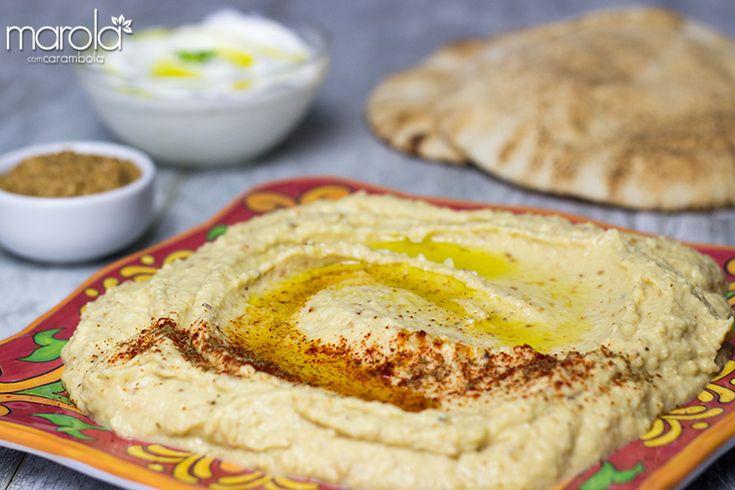O Homus é uma pasta feita a base de grão de bico com tahine muito comum na cozinha árabe. Vai super bem com pão sírio (lógico) ou com torradinhas.