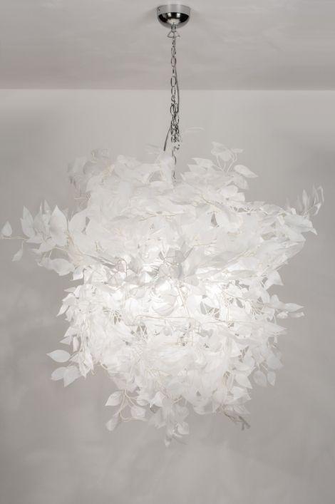 Artikel 11010 Grote, romantische hanglamp welke zorgt voor sprookjesachtige taferelen. Deze hanglamp bestaat voornamelijk uit witte stoffen bladeren. Verder is de lamp voorzien van chromen elementen. U kunt de bladeren enigszins naar wens vormen. De bladeren worden vanuit de binnenzijde van het armatuur verlicht waardoor er een sprookjesachtig lichteffect ontstaat. http://www.rietveldlicht.nl/artikel/hanglamp-11010-modern-landelijk-rustiek-wit-stof-rond