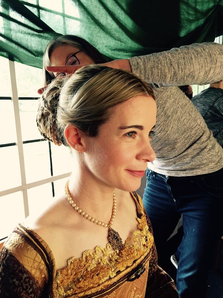 """Lucy Worsley on Twitter: """"Got to admire the magic these make-up ladies worked on my hair. From bob to bun. They did it in 20 minutes too! https://t.co/hGdVJJA5V3"""""""