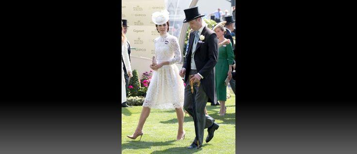 """A duquesa de Cambridge, Kate Middleton, foi o centro das atenções durante o primeiro dia da tradicional corrida de cavalos """"Royal Ascot"""", um dos principais eventos da realeza britânica. Kate usava um vestido de rendas branco, com uma leve transparência no peito e nos braços, e um..."""