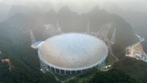 El telescopio FAST está ubicado en una región montañosa y aislada de China. (AFP)