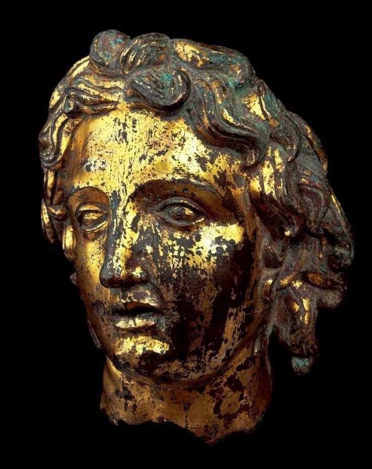 Busto romano in bronzo rappresentante Alessandto Magno. Si trova a Roma al Museo Nazionale Romano di Palazzo Massimo ed è databile intorno al III secolo d.C.