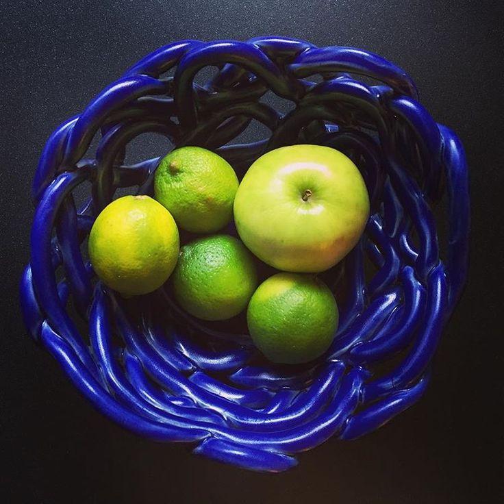 ciemno granatowa pleciona misa i kilka limonek - dobrze razem wyglądają... dark blue ceramic  with limes #moodmoments #ceramic #ceramicart #cobaltblue #darkblue #black #lime #green #ceramicbowl #bowl #ceramika #handmade #rekodzielo #product #productdesign #home #dekoracje #homeinspiration