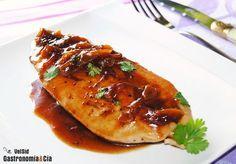La carne de pollo está considerada un alimento básico, es una carne blanca saludable, con poca grasa, económica y además muy versátil. A menudo os presentamos recetas de pollo para que dispongáis y disfrutéis de distintas formas de elaboración, hoy la propuesta es esta pechuga de pollo con salsa de mostaza, cerveza y miel, una verdadera delicia.Preparamos esta salsa para enriquecer la pechuga de pollo que, cocinada en su punto, resulta muy jugosa. Pero si además está aderezada con esta salsa…