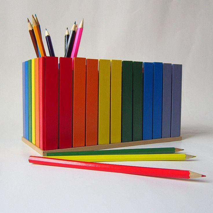 Pastelníkovník - tužkovník - duhový Originální dřevěný dvojitý pastelníkovníkzdobený nalepeným malým plotem v barvě duhy. Plot je ruční výroba, nestejná výška jednotlivých dřevíček je záměrem. Velikost: 21,5 x 12,5 x 11,5 cm