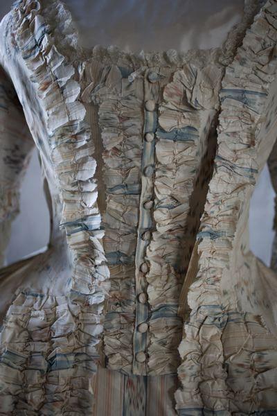 MM 011403 :: klänning, robe och kjol Damdräkt med robe och kjol av vitt siden med randigt mönster i chené.