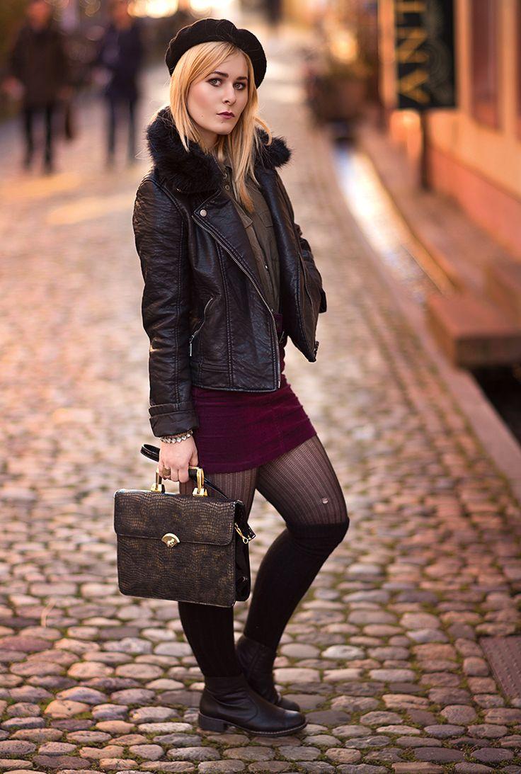 Christina Key trägt einen schönen Herbst Look mit schwarzer Lederjacke und weinrotem Minirock aus Kord und schwarzen Knie Strümpfen