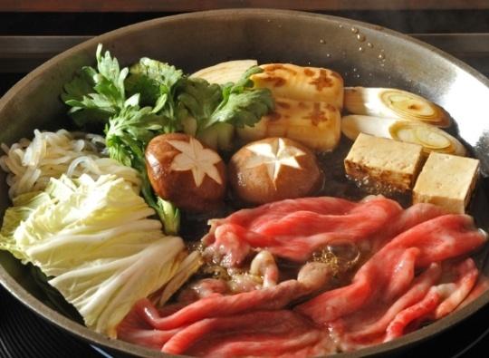 """寿喜烧,是日本的一道著名的菜肴,也可称为日式牛肉火锅。每当举家团聚,欢聚一堂的时刻,经常会用来为温馨的场所增加氛围。寿喜烧最早来源于古早年代,农人们务农空闲的时候,简略应用手边的铁制农具,在火上烧烤肉类,因此又名""""锄烧""""。                              第一步,涂上牛脂            来先容一家东京有名的寿喜烧专门店:          盖上盖子煮3分钟,在这个进程中呢,很要害的一步:打好一个生的鸡蛋在本人的碗里 http://www.coach-uu.com"""