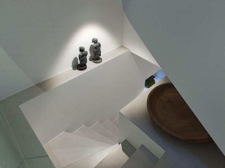 Treppenbleuchtung mit Occhio Più Piano LED. Lichtplanung von www.multiline.de Foto von www.tempes.net Innenausbau www.cetinel.org