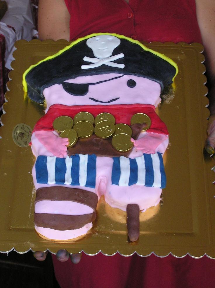 Torta pirata gambadilegno. Pan di spagna farcito con crema al mascarpone e gocce di cioccolata. Decorazioni e copertura in pasta di zucchero.