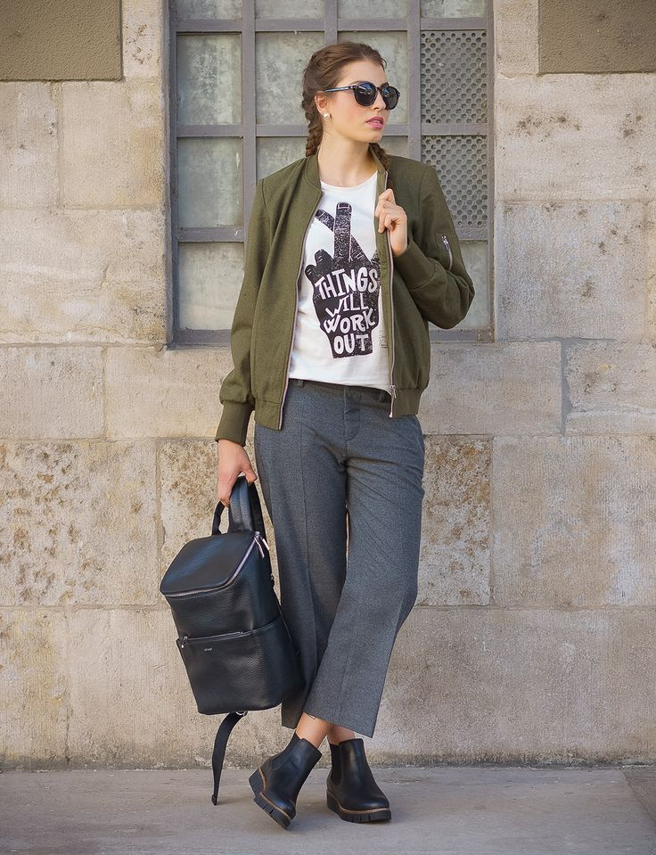 Bomerjacke von VILA kombiniert mit der Stoffhose von MAC Jeans und dem Shirt von EINSTEIN & NEWTON. Stiefellette von Apple of Eden und der Lederrucksack von Matt & Nat.