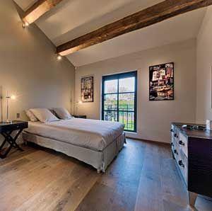 Realisations • Dothy Design Aménagement d'une chambre d'adolescent contemporaine Poutres apparentes, parquet au sol, meuble en cuir