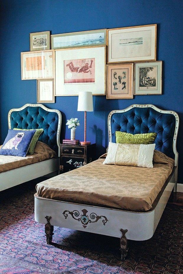 Atmosfera vintage do cômodo, com camas Dinucci, originais dos anos 1950, e gravuras antigas, emolduradas em dourado envelhecido (Foto: Edu Castello / Editora Globo)