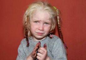 20-Oct-2013 7:38 - VEEL TIPS OVER BLOND 'ROMA-MEISJE'. De Griekse autoriteiten hebben honderden tips binnengekregen na de vondst van een blond meisje in een Roma-kamp. De politie maakte details van de zaak bekend, omdat men vermoedt dat het kind slachtoffer is van een ontvoering. Het meisje van ongeveer 4 jaar werd gevonden tijdens een inval in het kamp. De politie was op zoek naar drugs en illegale wapens, maar ontdekten ook Maria, met een lichte huid, blonde haren en groene ogen. Omdat...