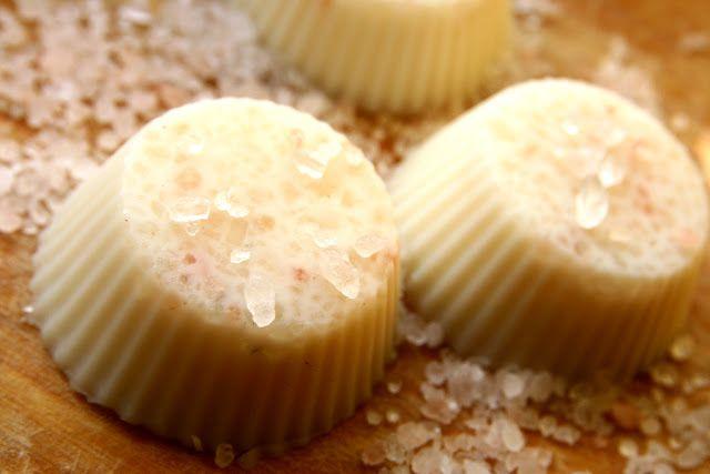 Zrób swój naturalny balsam z masłem shea i solą himalajską. Masło shea nawilży ciało, a sól himalajska dostarczy mikroelementów, które z łatwością są absorbowane przez naskórek. Solne kostki są idealne do użycia pod prysznicem. Zapraszam na post! :)