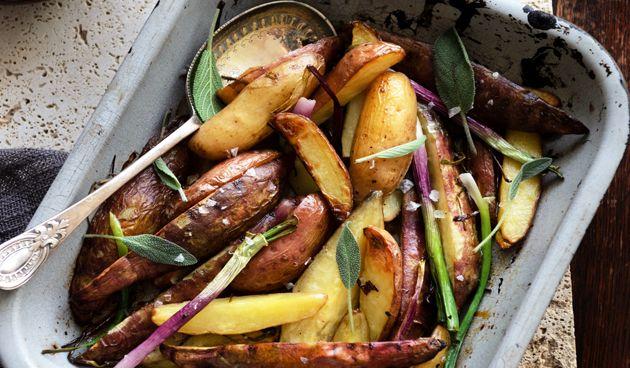 Aardappelen uit de oven zijn heel gemakkelijk te maken en je kunt in feite allerlei kruiden gebruiken. Leuk om eens mee te experimenteren. Ingrediënten voor 4 personen - 1,5 kg vastkokende aardappelen - Bosje salie - Paar stengels lente-ui - Olijfolie - Peper en zeezout Bereiding Verwarm de oven voor op 190 graden. Was de…