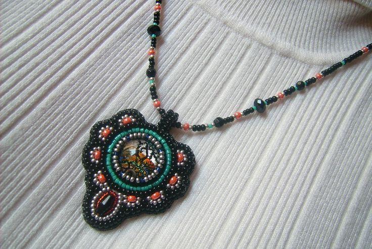 Mintás üveg lencsés, fekete és narancs színű gyöngy-hímzett medálos nyaklánc. Eladva