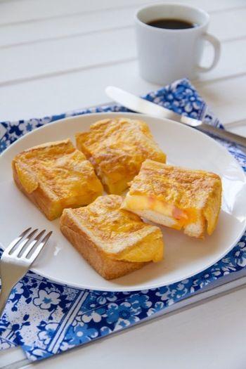 四角くくり抜いた食パンのふちに、溶いた卵を流し込みつくるホットサンド。食べごたえのある朝ごはんに。  【材料】 食パン 1枚 とろけるチーズ 1枚 ハム 1枚 卵 1個 バター 8g, 10g