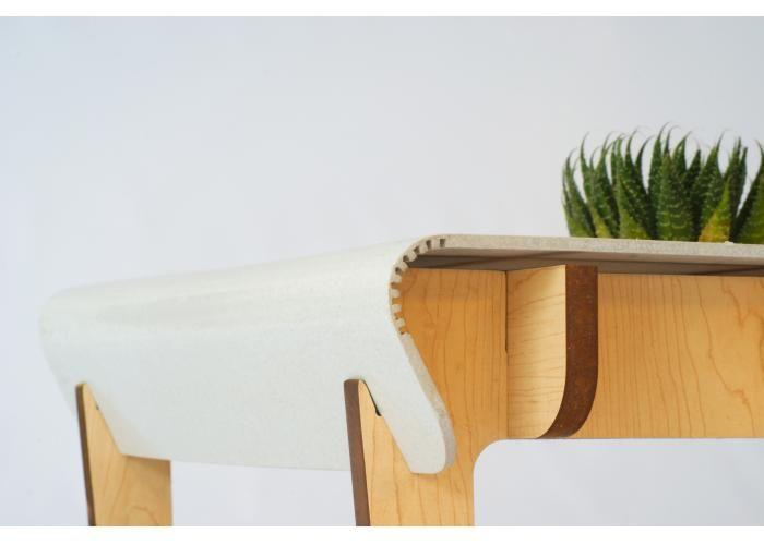 Mesa de centro desarmable con estructura de madera de particulas recicladas y superficies de asiento y respaldo de plásticos reciclados.  La línea D-Plano hace honor a su nombre; de plano se fabrica, transporta, ensambla y almacena muy fácilmente a partir de piezas planas y sin necesidad de adhesivos o herramientas.  Se realiza con laminados que se cortan mediante procesos automatizados que evitan el desperdicio de material y permiten descomponer un objeto en piezas planas que se…