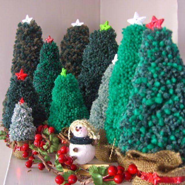 """Новогодние игрушки воспринимаются как игрушки на елку в первую очередь. И у меня сразу же возникает ассоциация с игрушками стеклянными: яркими, сияющими, красивыми и очень хрупкими.  Но в последнее время на елках все чаще появляются мягкие и уютные игрушки из фетра, бумаги, дерева, ниток. Мне такие украшения очень нравятся. Существует еще целый ряд """"теплых"""" игрушек, которые сопровождают новогодние праздники: это и большиеплюшевые мишкиили другие зверушки в подарок, и маленькие пл..."""