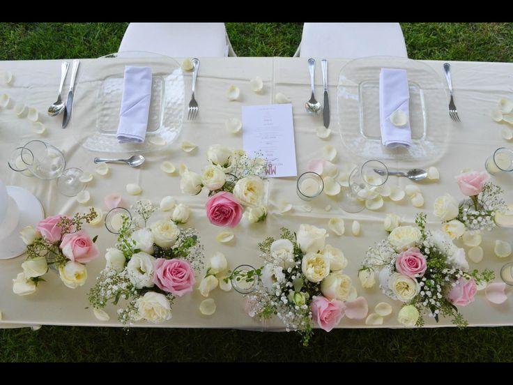 Que les parece esta hermosa decoración para la mesa de los novios? Rosas en color ivory y palo de rosa... Gipsophilia y follaje verde Platos base de cristal Mantel ivory