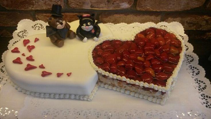 Doppelherz Hochzeitstorte mit Kätzchen und Bärchen.