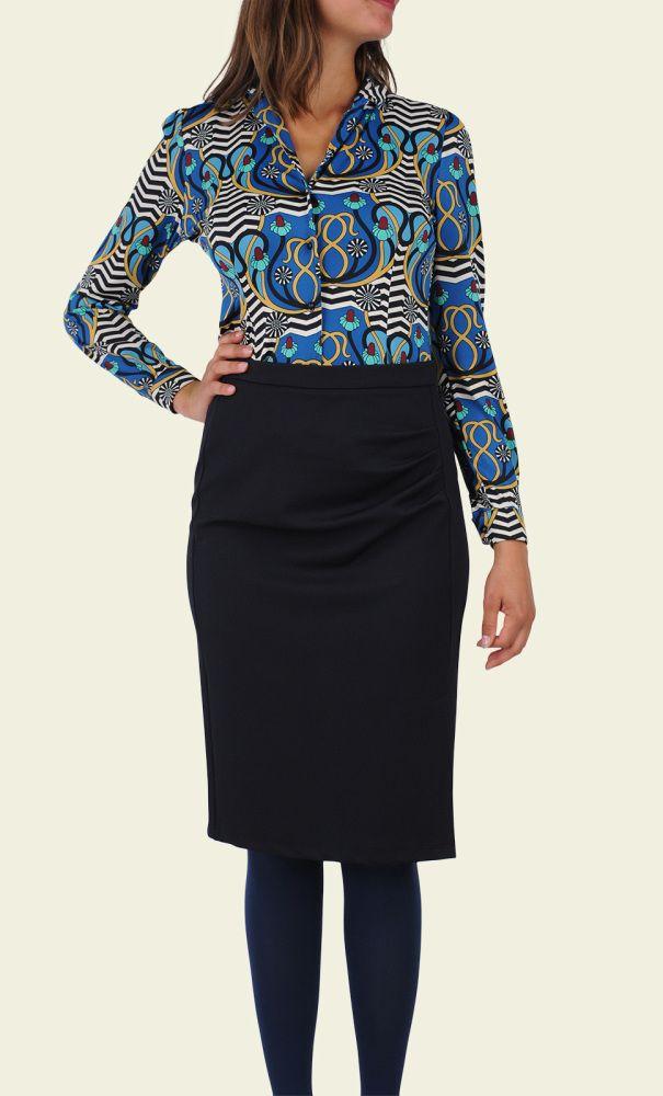 Een getailleerde blouse met een mooie print, reverskraag en licht gepofte schouders. De kleurrijke retroprint is gemaakt van gladde stretchstof en kleedt mooi af. Perfect met een pantalon voor een werkoutfit of jeans voor een casual look.
