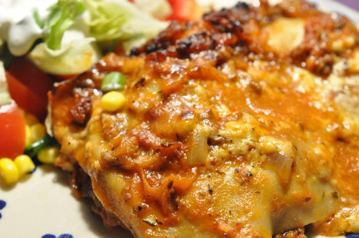 Langsommelig mad på en søndag. Familien storelsker lasagne lavet fra bunden med rødvin, bechamelsauce og rigeligt grønt. En kæmpe portion med mad til flere dage.