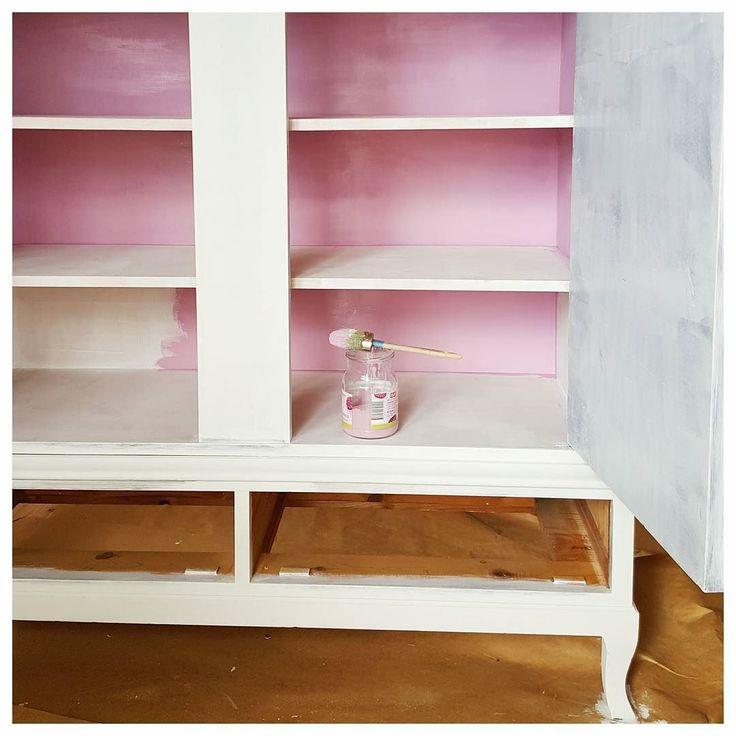 #workinprogress #rosa #pink #vitt #white #paintedfurniture #inredning #interior #linneskåp #möbler #furniture #lantligt #anniesloan #chalkpaint #henrietta #oldwhite by studiovirrvarr