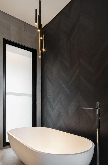 Durchs Haus sehen. Schwarzes Fischgrätmuster. Entspannendes Meisterbad. #masterbathroomshowertrends – #bath #Black #Seen