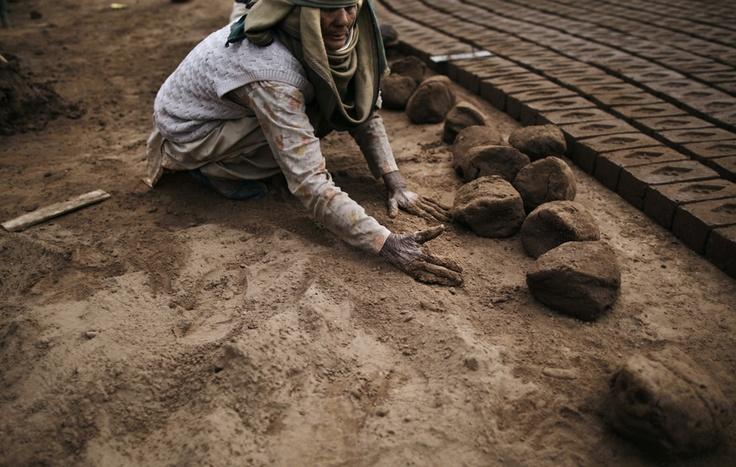 Un'operaia in una fabbrica di mattoni a Islamabad, in Pakistan. (Muhammed Muheisen, Ap/Lapresse)