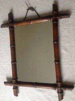 Rare par sa taille et son état de conservation. Ancien miroir bambou en excellent état avec chaînette d'origine Dos en bois avec numéros et inscription « PO » Ce miroir est un objet vintage très décoratif. Dimensions cadre : L. 52 cm  l. 43 Cm Dimensions du miroir : L. 34 cm  l. 25 cm