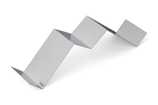 Support CD design argent AUDIO III en forme de M en métal peinture époxy laquée argent. Existe aussi en blanc. Dimensions : L 57 x P 15 x H 15 cm. 19,90 euros, Plugin by M.Pokora sur Miliboo.com.
