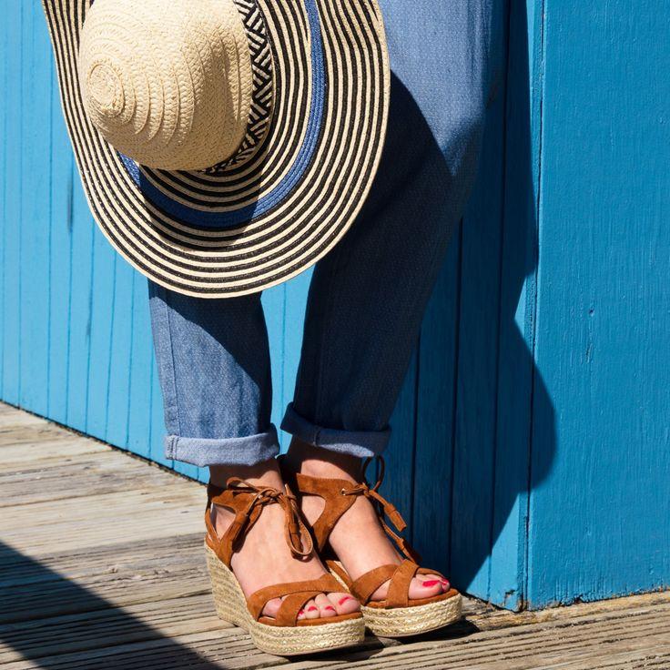 Sandale compensée marron en cuir velours et pompons  Une sandale compensée très féminine avec sa matière cuir velours toute douce, ses pompons au bout des lacets et son talon corde naturel et irisé. Talon : 8 cm.  •#SHOESINMYLIFE On peut l'associer une robe fluide ou un jean 7/8.  •Prendre votre pointure habituelle.
