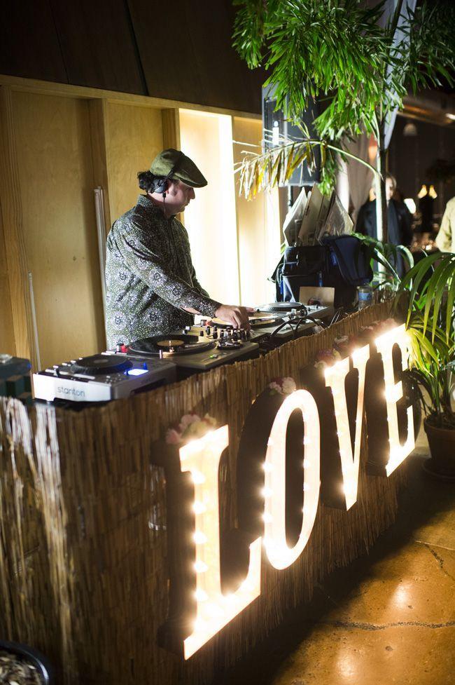 Platicar con tu DJ antes del día de tu boda es básico! En esa cita dile todos los géneros de música que te gustan y los que no, y también las canciones que TIENEN que estar, y las que no… En eso se basará él para lograr un ambiente único bajo los gustos de los novios  http://www.pieceofcake-wb.com