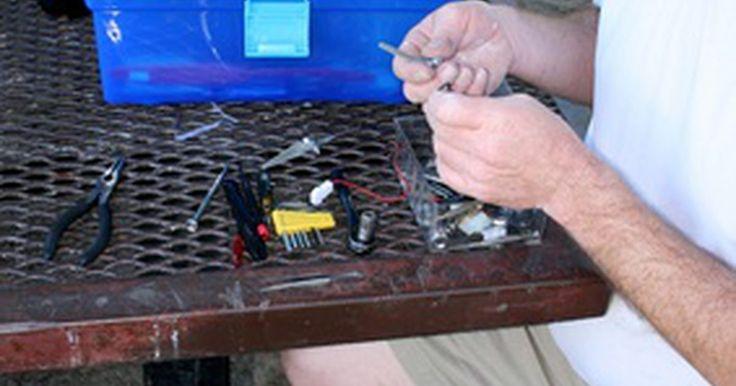 Cómo arreglar problemas comunes en autos de juguete a control remoto. Cómo arreglar problemas comunes en autos de juguete a control remoto. Los juguetes a control remoto pueden proveer de horas de diversión para niños de todas las edades. Esto es, hasta que dejan de funcionar. A menudo los juguetes a control remoto fuera de servicio sólo necesitan un arreglo rápido, no el cesto de basura. Tómate unos minutos para ...