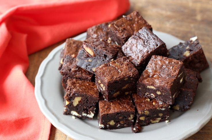 Brownies waarvan je wilt blijven eten als je ze proeft. Dat gaat wel lukken met deze exemplaren gevuld met 2 soorten chocolade en pecannoten!