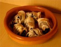 Dadels roomkaas spek Ingrediënten (24 stuks): 24 dadels ca. 150 gram geitenkaas 24 plakjes gerookt ontbijtspek (niet gerold) Indien nodig: honing Bereiding: Verwarm...