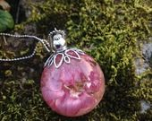 Pendentif boule en résine avec fleurs de pied d'alouette roses, monté en sautoir. : Collier par beads-of-bliss