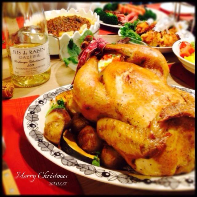 クリスマスのお料理その2。 クリスマスといったらやっぱりローストチキン♡ 中にはガーリックライスが入っています。トマトソースを付けてどうぞ♡ - 130件のもぐもぐ - クリスマス⭐︎ローストチキン by ひろ
