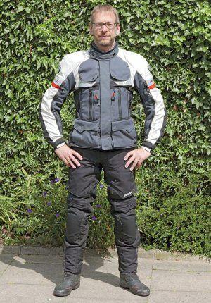 Textile Motorradbekleidung erfreut sich großer Beliebtheit und das Angebot ist sehr vielfältig. Ein Tipp ist die REV'IT Defender Pro GTX – wir haben sie ausprobiert...