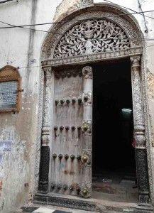 Fachada da residência que pertenceu a Tippu Tip, em Zanzibar. Hamed bin Mohammed bin Juma bin Rajab el Murjebi, mais conhecido como Tippu Tip (1837 – 1905) era um comerciante de cativos que chegou a ter mais de 10 mil escravos, além de diversas plantações em Zanzibar. Sua casa foi um dos edifícios mais ricos da ilha; hoje, bastante danificada, está dividida em apartamentos onde moram muitas famílias.
