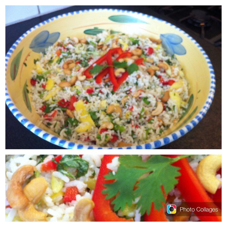 Heerlijke rijstsalade met basilicum, koriander, munt, rode paprika, pepertje bosuitje, gefrituurde uitjes, kokos cashewnoten en mango