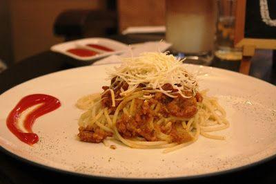 Spaghetti Bolognaise au Café Grandfather    Review kita kali ini guys ke Surabayaaaa ....   Kuliner yang bakal kita cicip kali ini adalah dari ordo mie. Kalo orang Jawa melafalkan bakmi berhubung orang Italia yang ngomong jadi Spaghetti deh hehehe. Nah yang bakal kita intip hari ini adalah Spaghetti Bolognaise. Spaghetti dengan saus yang mantab abiss.  Sebenarnya standar lah ya rasa Spaghetti ini karena yang sering kita temui disini adalah Spaghetti instan. Seperti merk La F atau La Pr. So…
