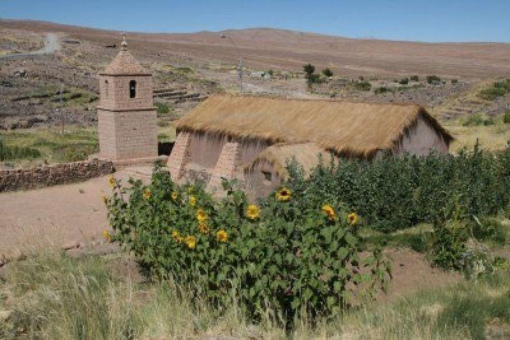 Típica iglesia en el altiplano del norte de Chile cerca de la frontera con Bolivia, cerca de San Pedro de Atacama
