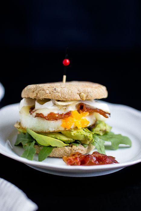 Herzhafter Frühstücksburger mit Speck,Avocado und Camembert. Frühstück,Speck,Frühstücksburger, Avocado,Ei, Rezept mit Toasties, Frühstück und Brunch, English Muffin, herzhaftes Frühstück, Männerfrühstück