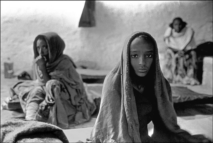ETHIOPIA. Refugees waiting for a food distribution. 1987.