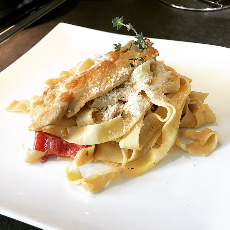 Tagliatelle noodles with chicken à la crème