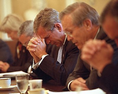 GEORGE-W-BUSH-CABINET-PRAY-BEFORE-MEETING-SEPT-11-9-11-8X10-PHOTO-EP-635